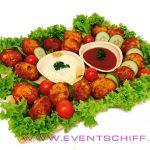 Maisbouletten-Platte-mit-2 Saucen